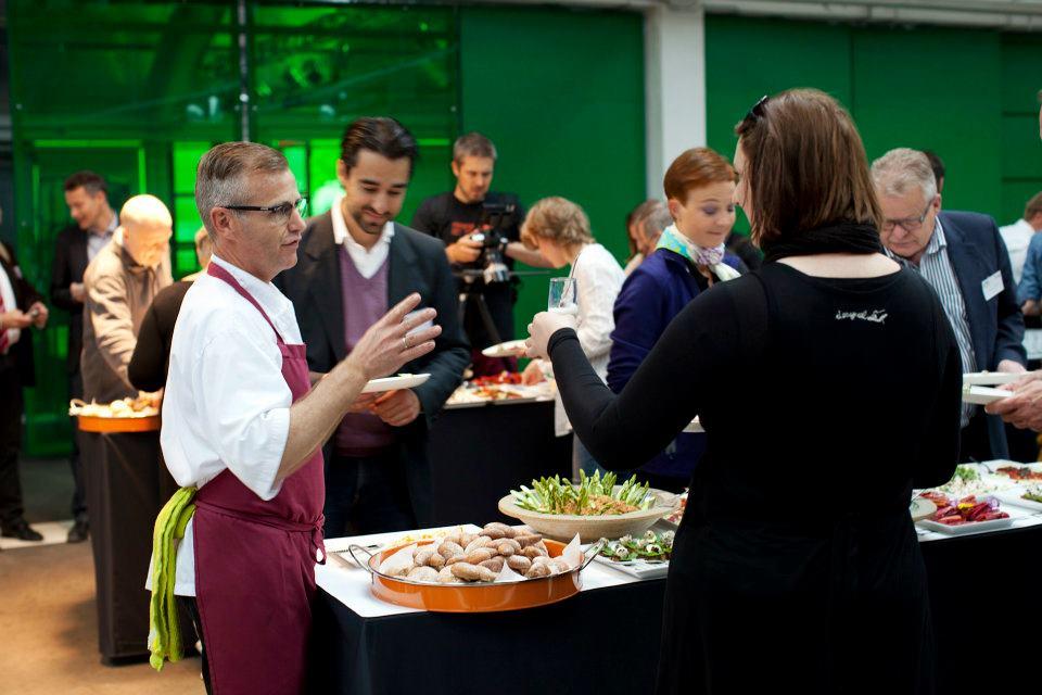 Deltagere snakker sammen om mad på buffet