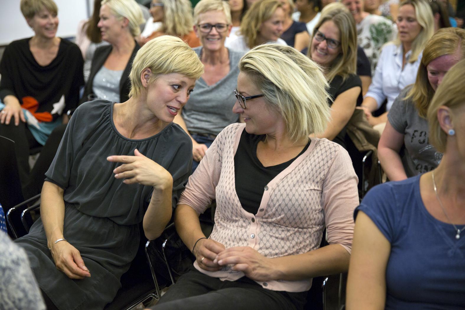 Konferencedeltagere snakker sammen to og to