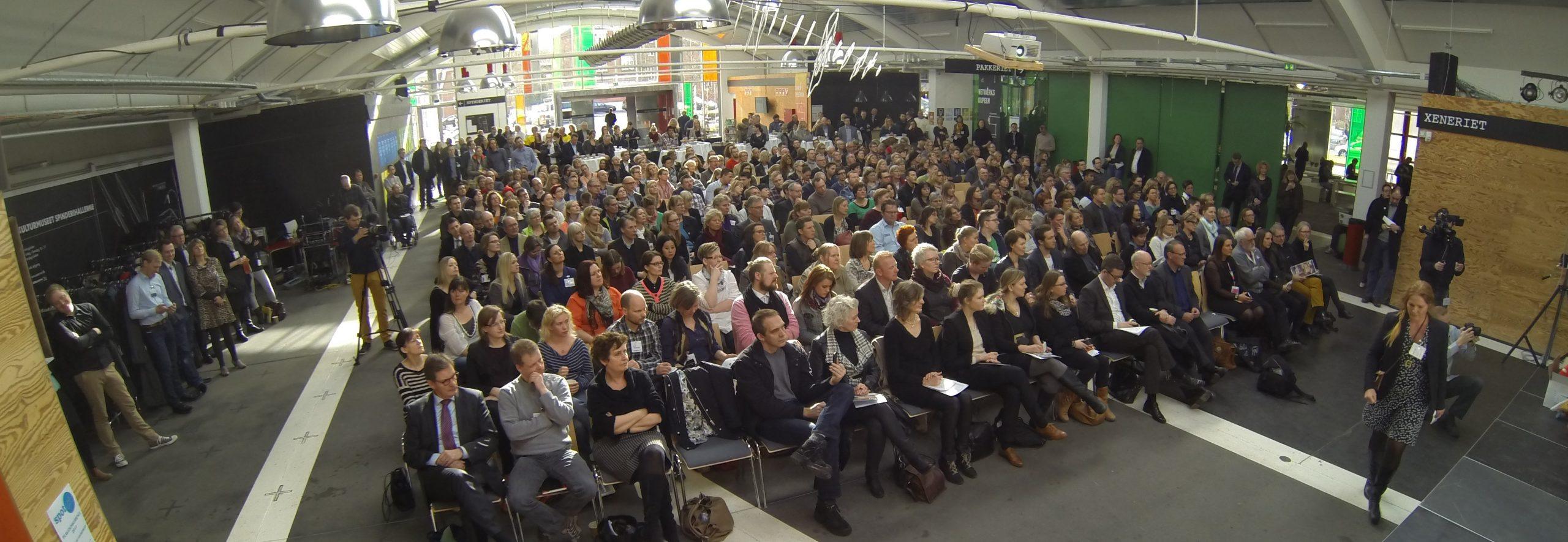 Mange siddende konferencedeltagere